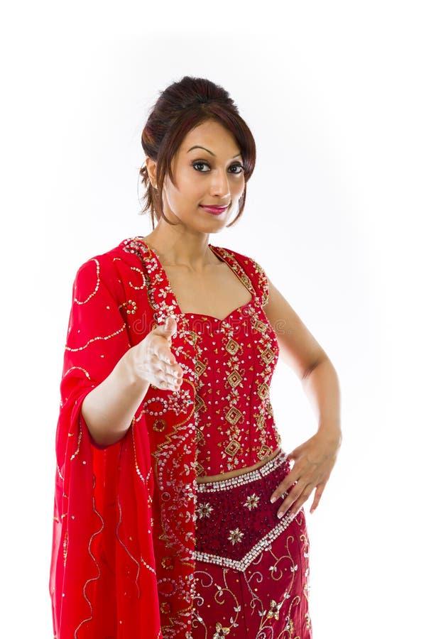 Download Młoda Indiańska Kobiety Ofiary Ręka Dla Uścisku Dłoni Zdjęcie Stock - Obraz złożonej z gratulacje, outstretched: 41952244
