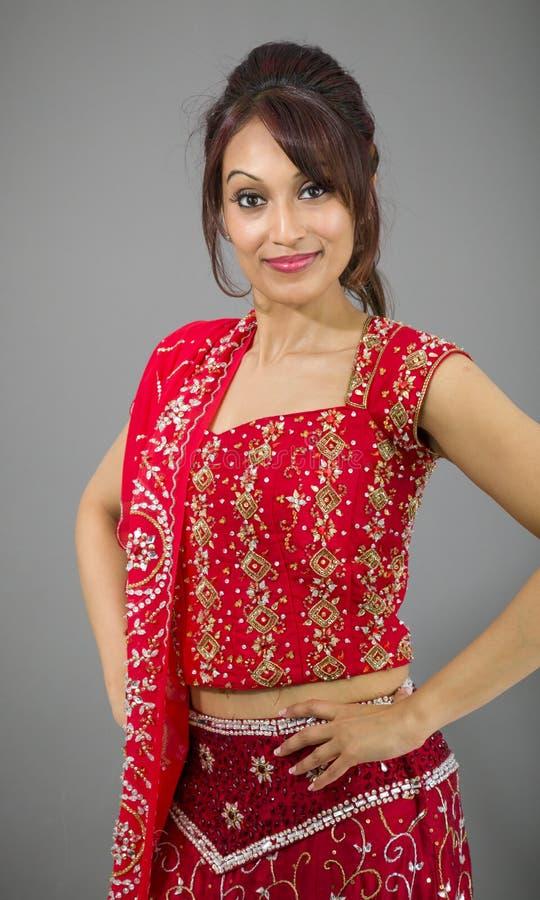 Download Młoda Indiańska Kobiety Pozycja Z Jej Rękami Akimbo Zdjęcie Stock - Obraz złożonej z kamera, postawa: 41952182
