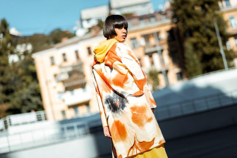 Młoda interesująca dama jest ubranym kwiat drukowaną pelerynę zdjęcie stock