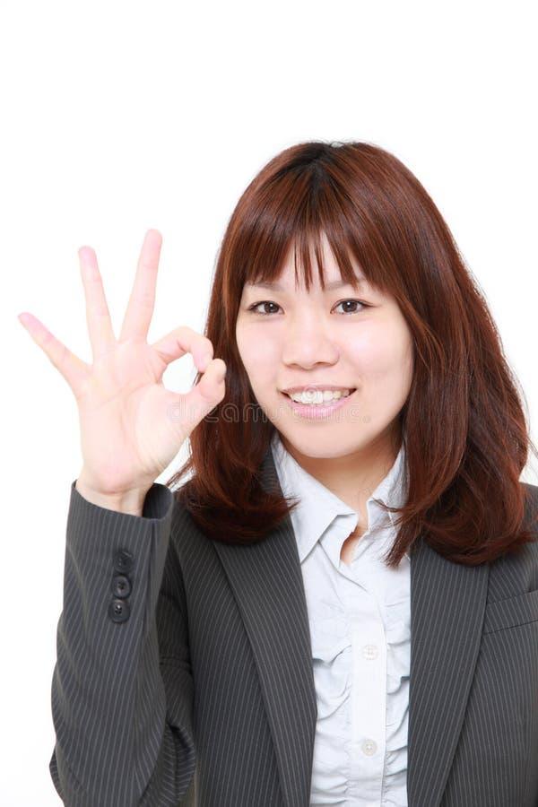Młoda Japońska Biznesowa kobieta pokazuje perfect znaka obraz stock