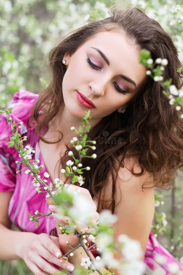 Młoda kędzierzawa dama zdjęcie royalty free