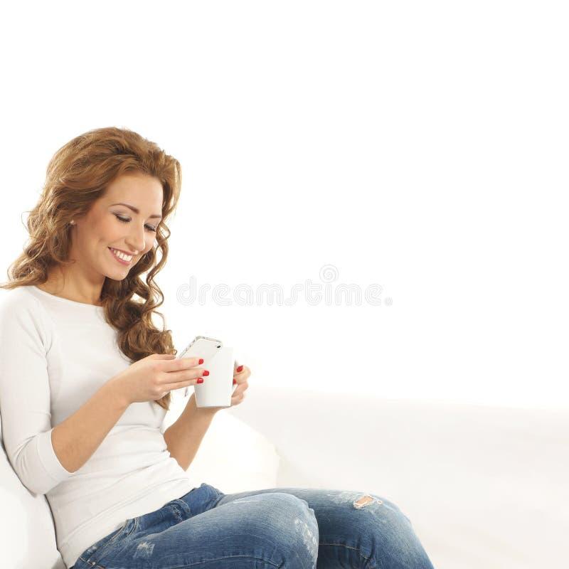 Młoda Kaukaska kobieta target614_0_ na biały kanapie zdjęcia royalty free