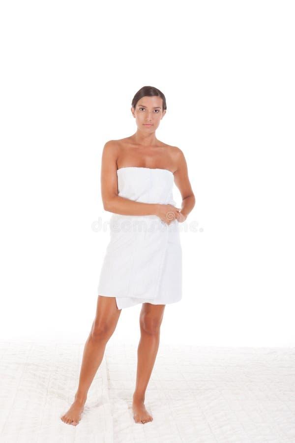 Młoda Kaukaska kobieta zawijająca w kąpielowym ręczniku fotografia stock