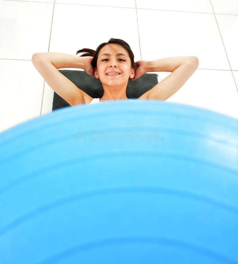 Młoda kobieta, ćwiczenia z sedno piłką zdjęcia royalty free