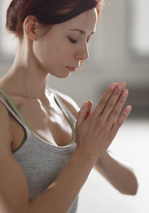 Młoda kobieta ćwiczy joga w lekkim pokoju robi pięknemu asana ćwiczy obraz stock