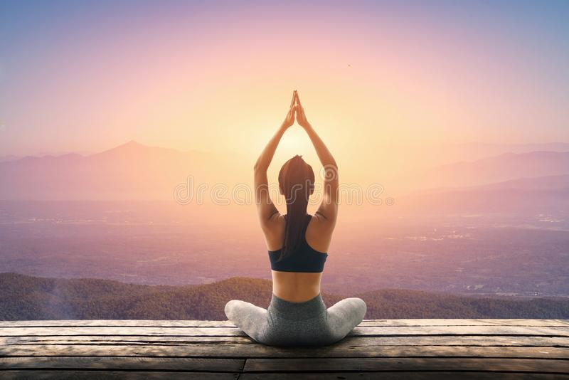 Młoda kobieta ćwiczy joga w naturze, Żeński szczęście, młoda kobieta ćwiczy joga przy górą fotografia royalty free