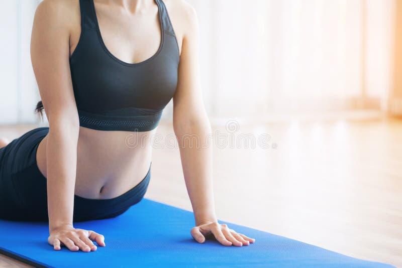 Młoda kobieta ćwiczy w salowym gym na joga macie obraz royalty free