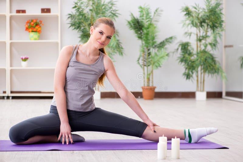 Młoda kobieta ćwiczy w sport sala w zdrowym pojęciu obraz royalty free