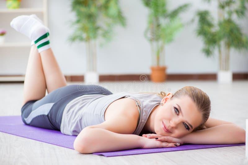 Młoda kobieta ćwiczy w sport sala w zdrowym pojęciu obrazy stock