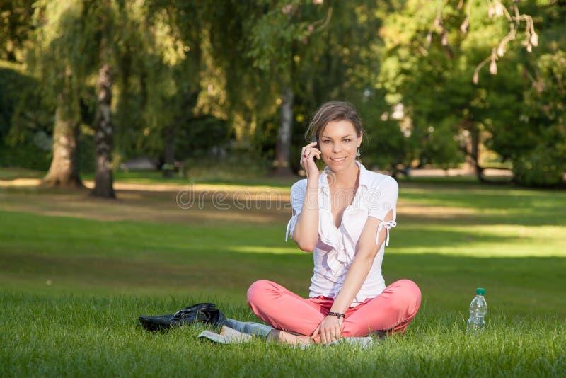 Młoda kobieta ładni telefony zdjęcia stock