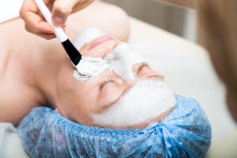 Młoda kobieta łgarski puszek w zdroju salonie, mieć twarzowego piękna traktowanie i Kosmetyczne procedury dla twarzy piękno obraz stock