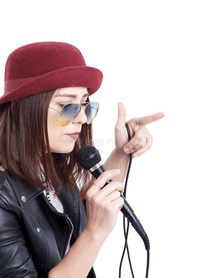 Młoda kobieta śpiew z mikrofonem obrazy stock