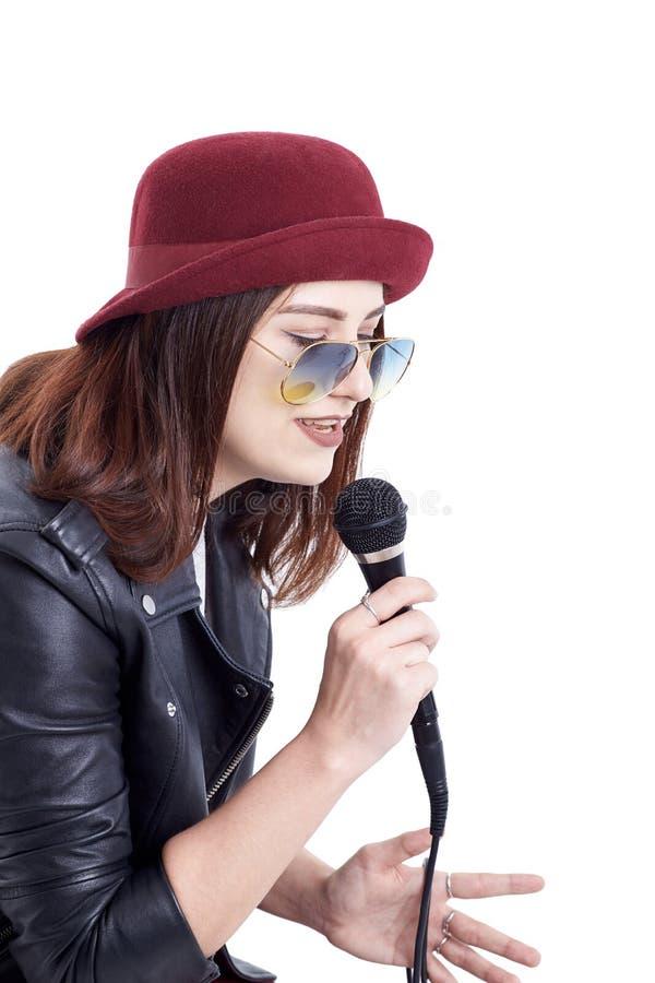 Młoda kobieta śpiew z mikrofonem fotografia stock