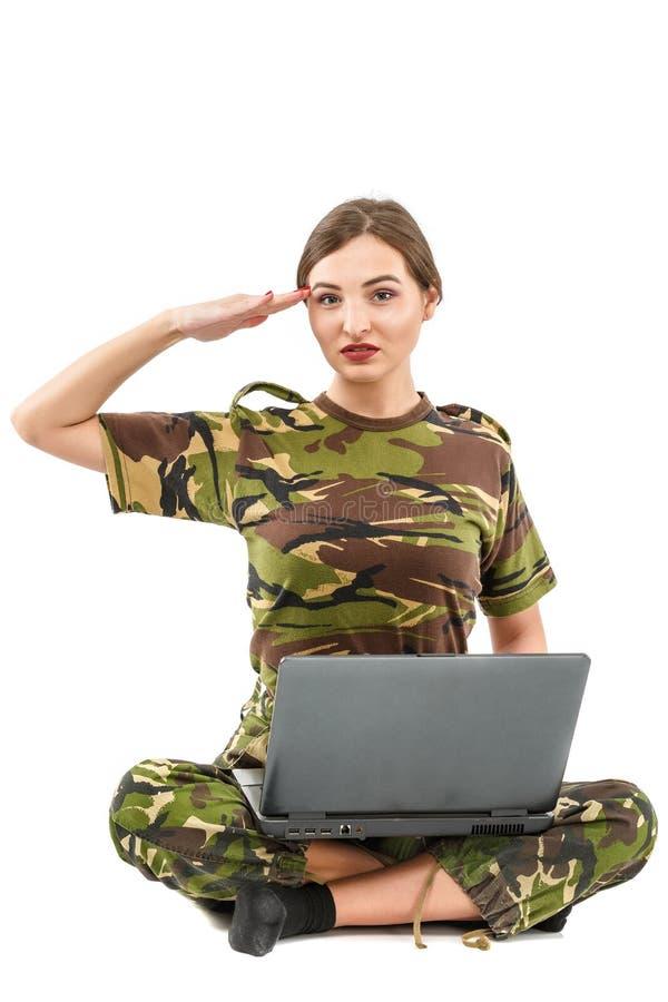 młoda kobieta żołnierz w militarnym kamuflażu stroju zdjęcie royalty free