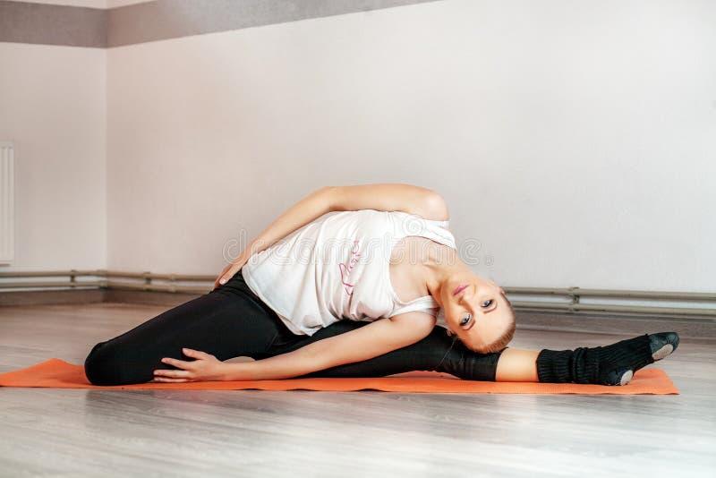 Młoda kobieta angażuje w sprawności fizycznej Pojęcie sporty, fi obraz royalty free
