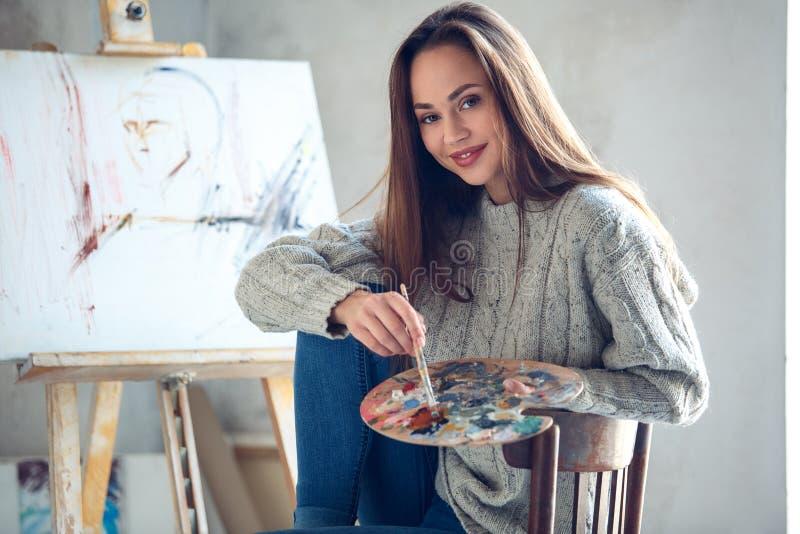 Młoda kobieta artysta maluje w domu kreatywnie mienie paletę zdjęcia stock
