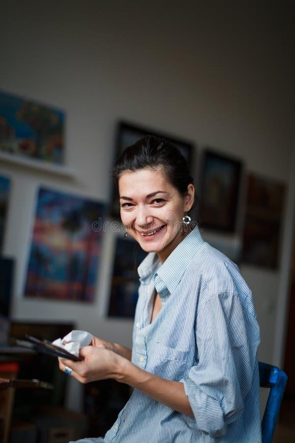 Młoda kobieta artysta w studiu obrazy royalty free