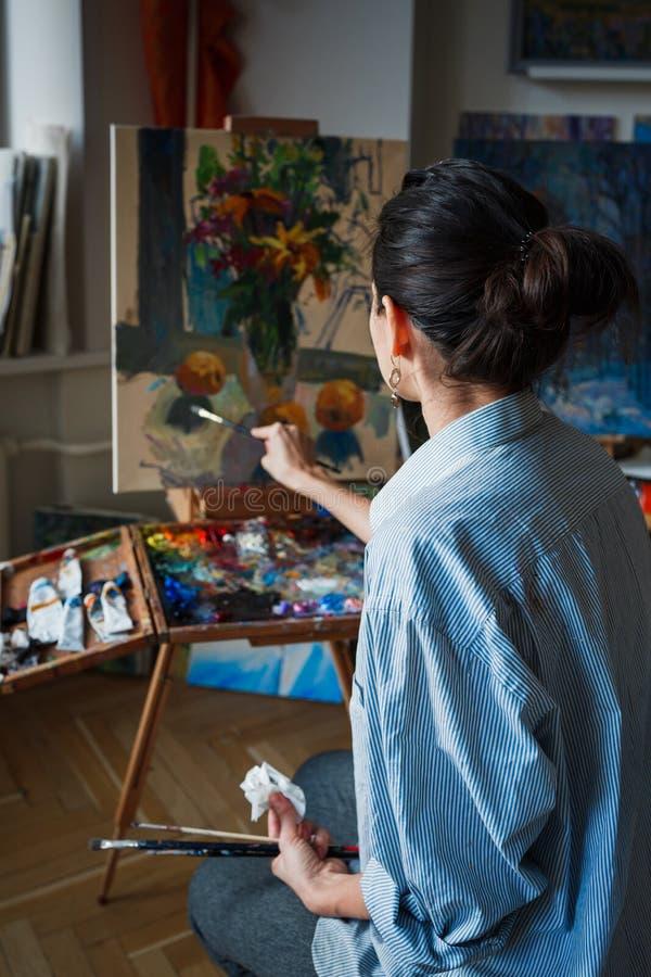 Młoda kobieta artysta w studiu zdjęcia stock