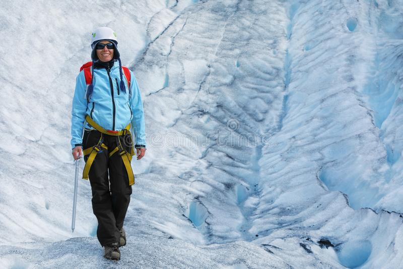 Młoda kobieta arywisty pozycja w rozpadlinie lodowiec obrazy royalty free