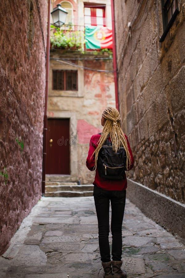Młoda kobieta bada starego portugese miasteczko zdjęcie stock