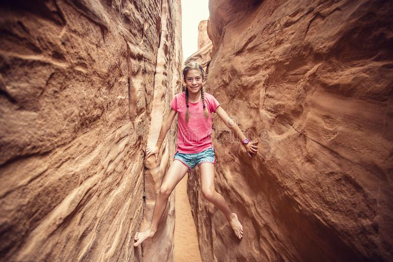 Młoda kobieta bawić się w czerwonych rockowych szczelina jarach podczas gdy na wakacje obraz royalty free