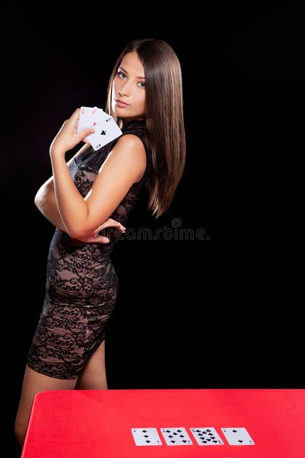 Młoda kobieta bawić się w uprawiać hazard obraz royalty free