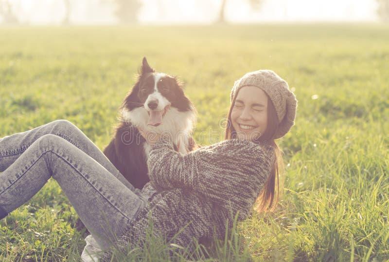 Młoda kobieta bawić się z jej Border collie psem obrazy royalty free