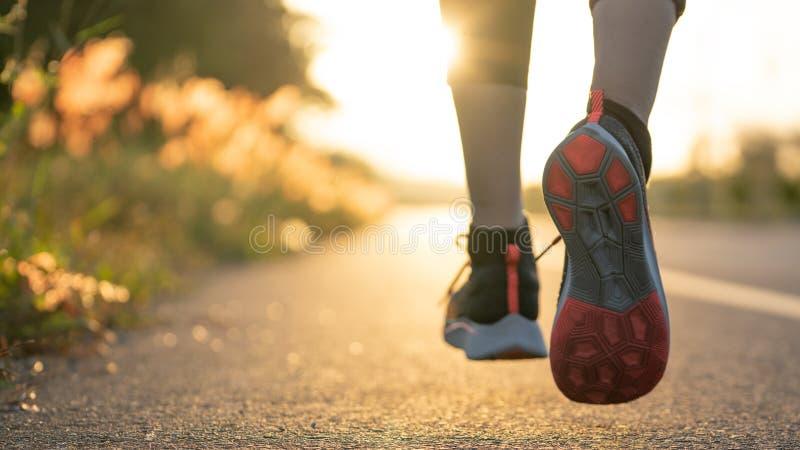 Młoda kobieta biegacza bieg na miasto mostu drodze, Młody sprawności fizycznej kobiety biegacza atlety bieg przy drogą obraz royalty free
