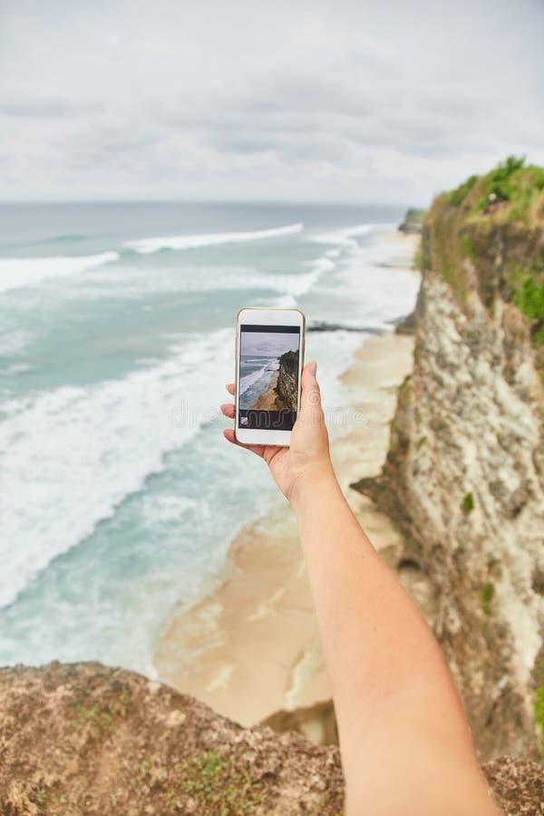 Młoda kobieta bierze obrazki na jej telefonie Dziewczyna bierze obrazki krajobraz obrazy stock