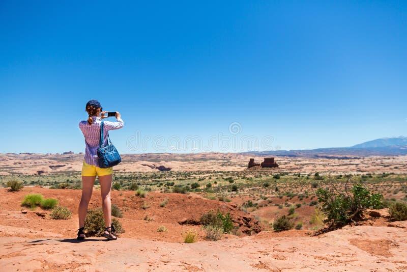 Młoda kobieta bierze obrazki przy pomnikową doliną obrazy stock