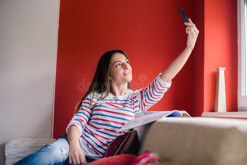 Młoda kobieta bierze selfie obraz stock