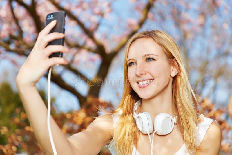 Młoda kobieta bierze selfie z smartphone zdjęcie stock