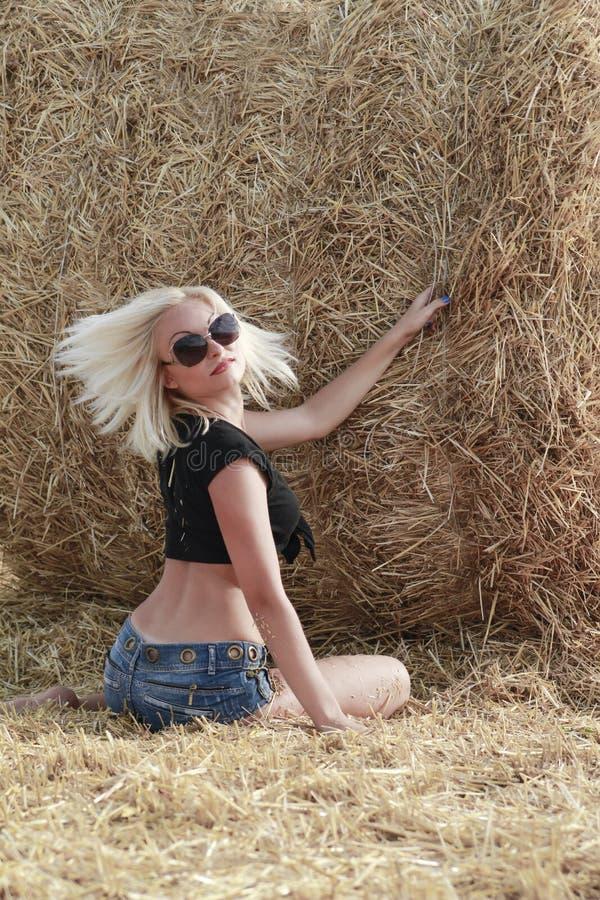 Młoda kobieta blisko haystacks obrazy stock