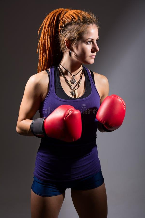 Młoda kobieta bokser z dreadlocks zdjęcia stock