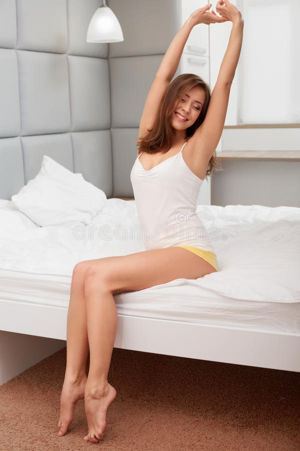 Młoda Kobieta Budzi się Up i Rozciąga W ranku obraz stock