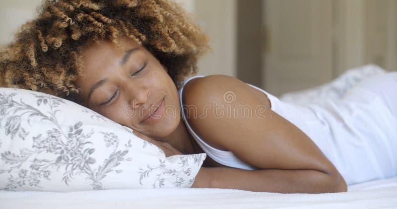 Młoda Kobieta Budzi się Up Od sen I ono Uśmiecha się obrazy stock
