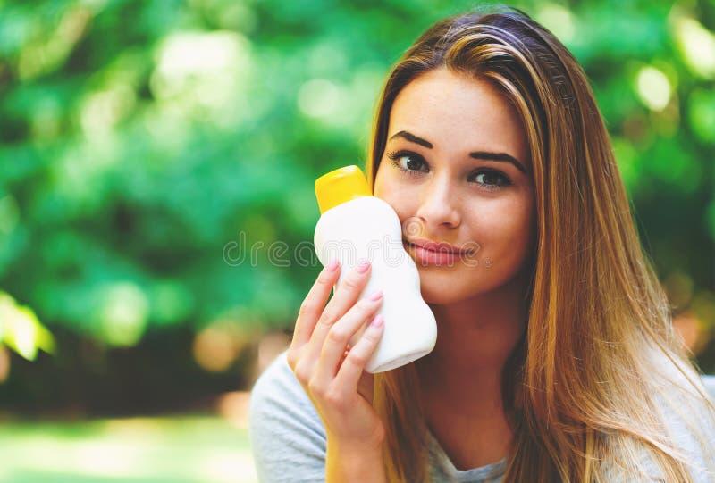 Młoda kobieta butelka sunblock outside obrazy royalty free