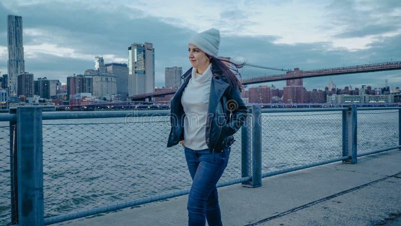 Młoda kobieta chodzi wzdłuż cudownego linia horyzontu Manhattan w wieczór zdjęcie stock