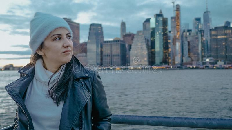 Młoda kobieta chodzi wzdłuż cudownego linia horyzontu Manhattan w wieczór fotografia stock