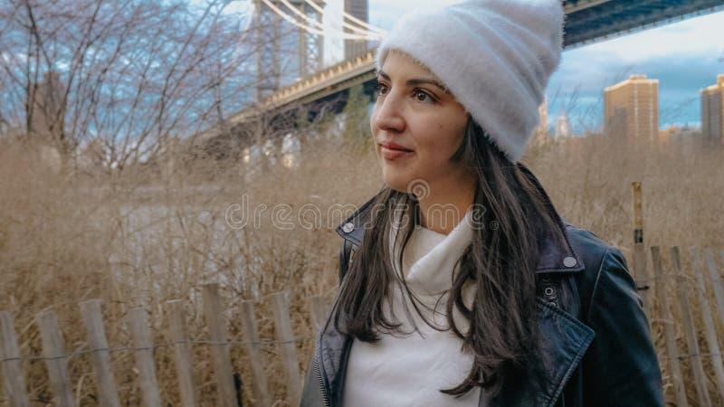 Młoda kobieta chodzi wzdłuż hudsona przy mostem brooklyńskim Nowy Jork obrazy royalty free