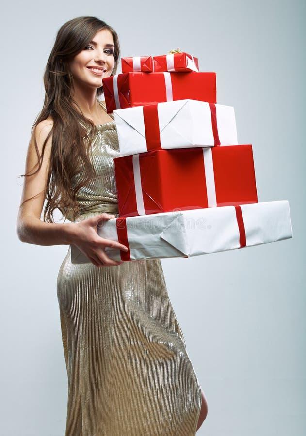 Młoda kobieta chwyt wiele czerwony, biały prezenta pudełko, Kobiety wzorcowy isolat zdjęcie stock