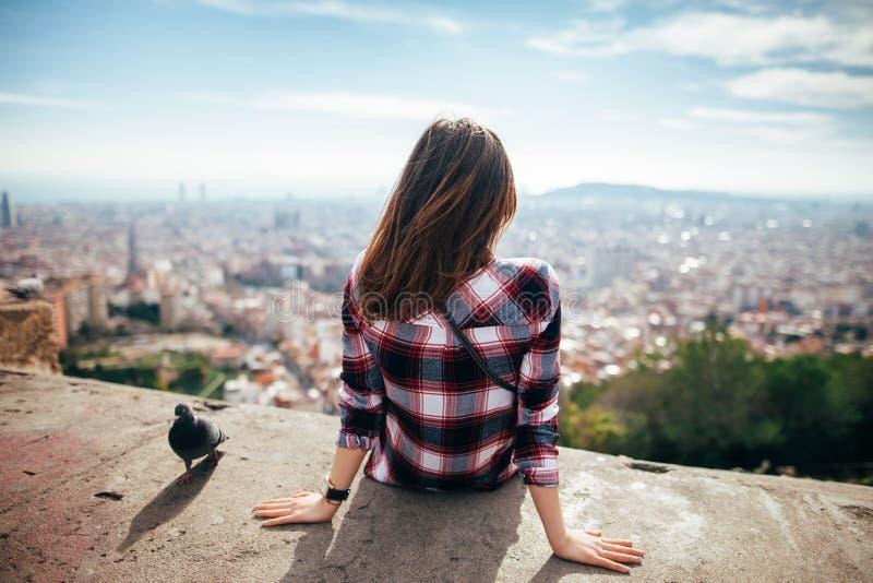 Młoda kobieta cieszy się Barcelona miasto obraz royalty free