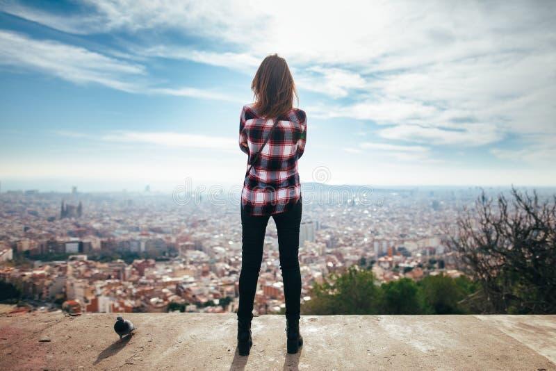 Młoda kobieta cieszy się Barcelona miasto zdjęcia stock