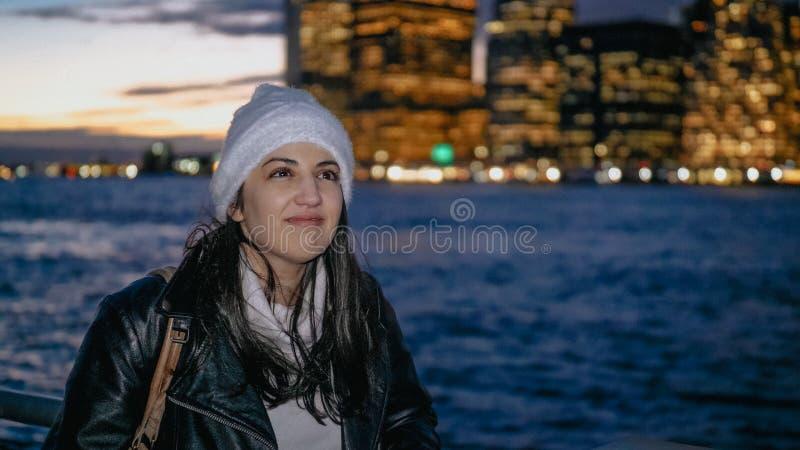 Młoda kobieta cieszy się fantastycznego widok nad Manhattan linia horyzontu nocą obrazy stock