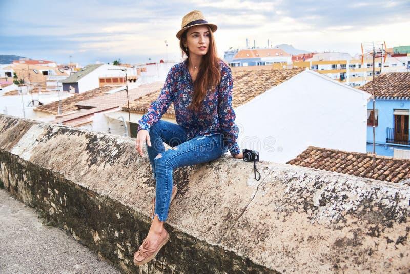 Młoda kobieta cieszy się jej wycieczkę w Hiszpania fotografia stock
