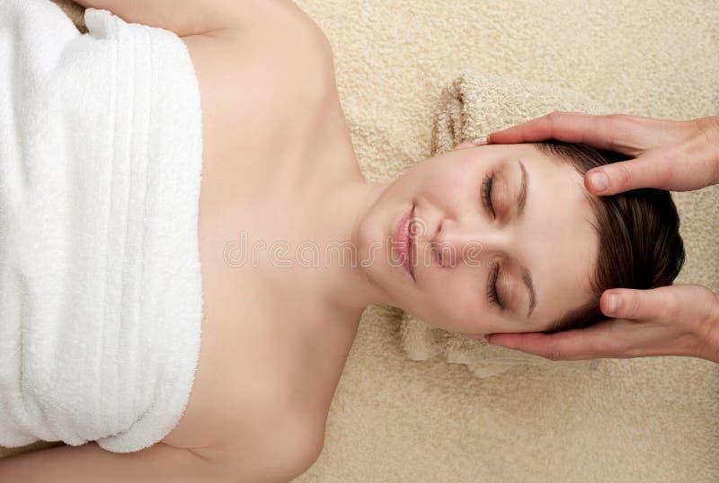 Młoda kobieta cieszy się kierowniczego masaż przy zdrojem zdjęcia stock