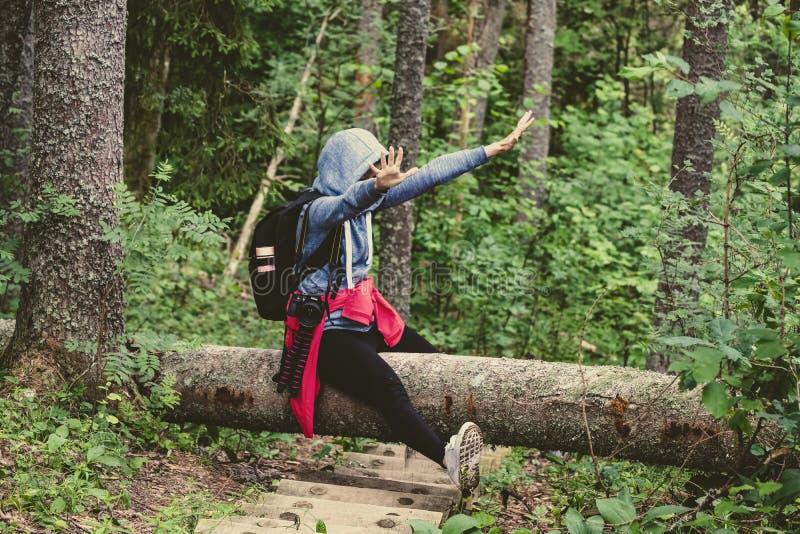młoda kobieta cieszy się natura ślada obrazy stock