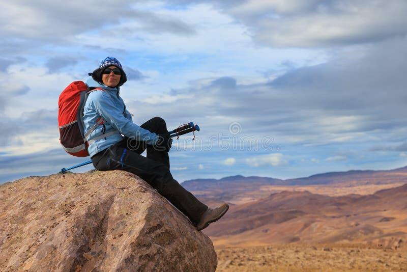 Młoda kobieta cieszy się oszałamiająco widoki Islandzki krajobraz zdjęcia stock