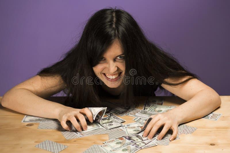 Młoda kobieta cieszy się pieniądze Kobieta krzyki radość, ponieważ wygrywał dużą sumę pieniądze fotografia stock