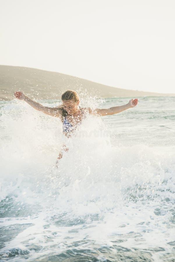 Młoda kobieta cieszy się pluśnięcie faliste wody morze śródziemnomorskie obraz stock